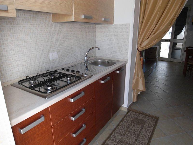 GRAZIOSO MONOLOCALE CON GIARDINO PRIVATO E WIFI ( MAURA PT ), holiday rental in San Foca