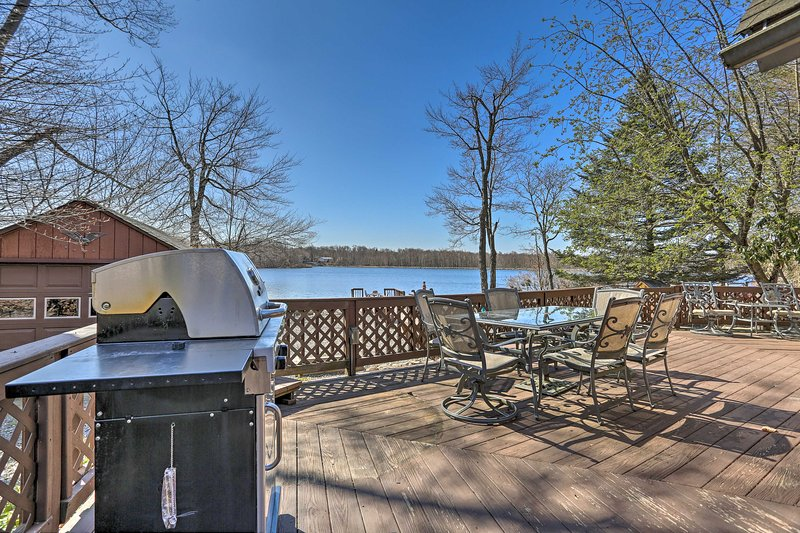 Host an outdoor cookout on this vacation rental's spacious deck!
