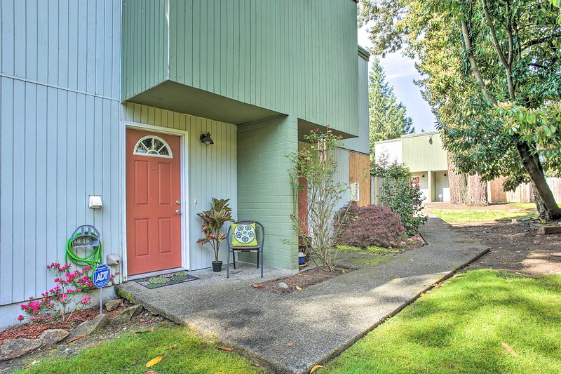 NEW! Townhome w/ Yard: 3 Mi to Camp Murray & JBLM, vacation rental in Yelm