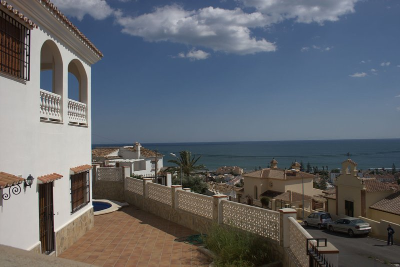 Big villa with beautiful seaview close to beach, private pool, alquiler vacacional en Benagalbón