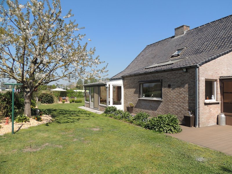 GEZELLIGE VAKANTIEWONING-VILLA / HOLIDAY HOME 'TE LANDE' 12/14 personen, holiday rental in Pittem