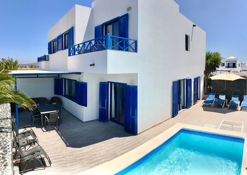 Villa Katarina; aircon, private heated pool - new listing in a superb location!, holiday rental in Playa Blanca