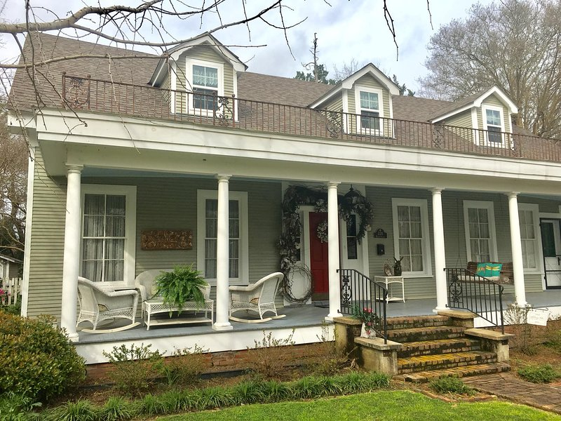 Upscale Natchitoches Retreat with Pool, Elizabeth Lane Guest House awaits, holiday rental in Natchitoches