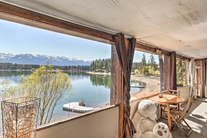 NEW! Luxe Lakefront Haven w/ Mountain Views & Dock, aluguéis de temporada em Creston