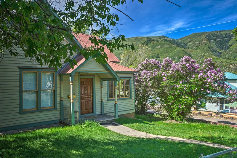 NEW! 'Victory Victorian House' Walk to Downtown!, holiday rental in Glenwood Springs