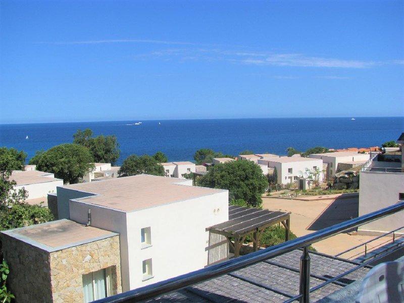 Appartement moderne avec terrasse et vue 180° sur la mer, casa vacanza a Lumio