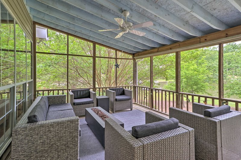 NEW! Lakefront House with Private Dock + Fire Pit!, alquiler vacacional en Buckhead