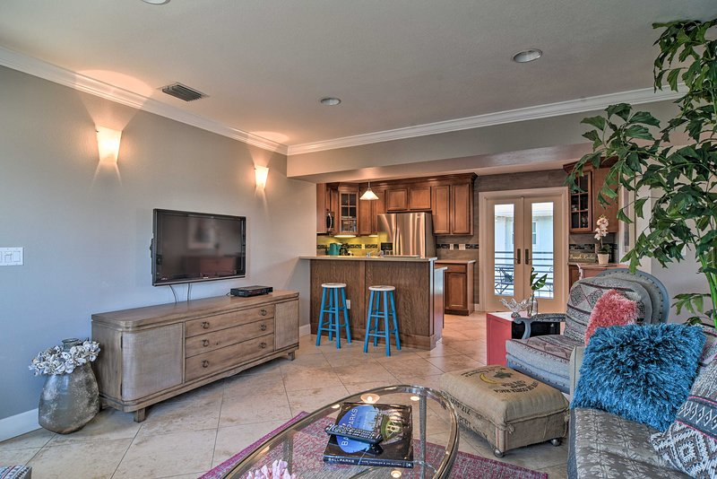 NEW! Tropical Condo - Walk to Pass-a-Grille Beach!, holiday rental in Tierra Verde