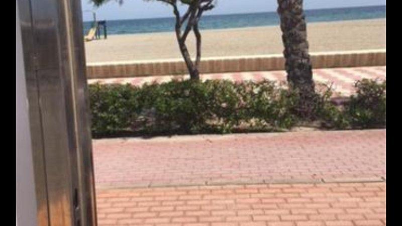 Puerta urbanización abierta salida a playa.
