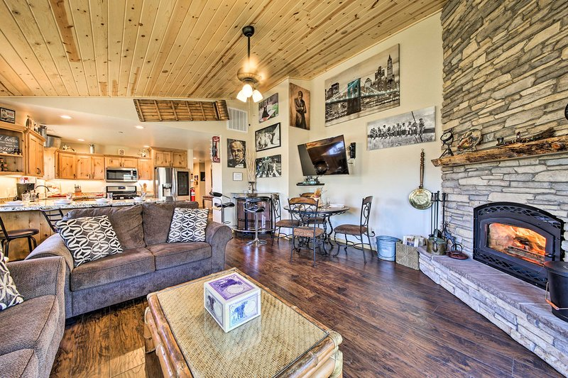 'Bear's Den Luxury Cabin' ~ 8 Mi to Big Bear Lake!, alquiler de vacaciones en Sugarloaf