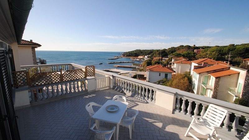 Con splendida terrazza vista mare - V.F. tipo B, holiday rental in Rosignano Solvay