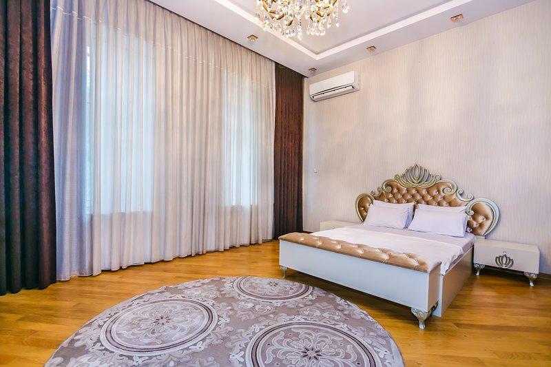 Large apartment in the city center, casa vacanza a Mardakan