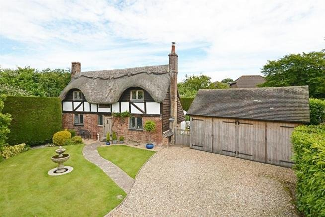 Picture Book Thatched Cottage in delightful secluded gardens . Parking, vacation rental in Rolvenden