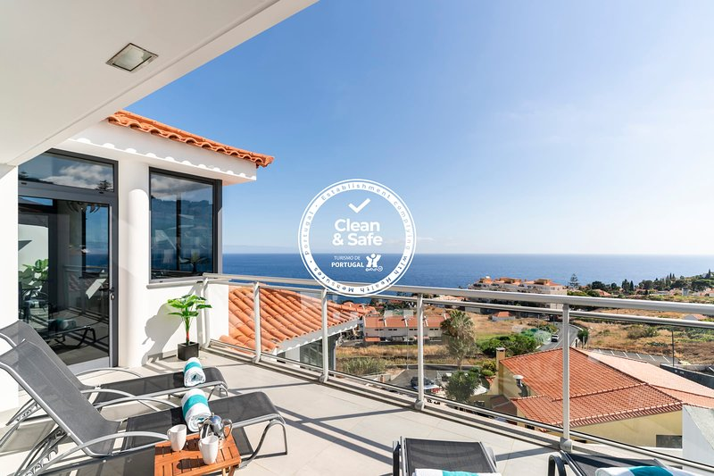 Caniço VI, spacious apartment with pool and ocean view, alquiler vacacional en Caniço