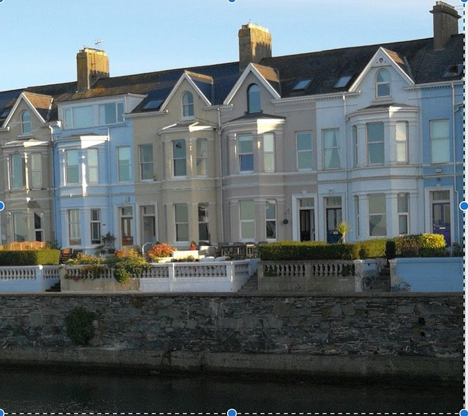 Elegant Edwardian home on seafront of charming resort, location de vacances à Newtownards