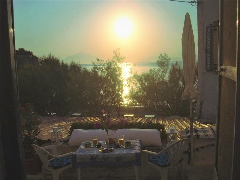 Alkistis Cozy By The Beach Apt in Ikaria Island, Therma Ground Floor, holiday rental in Evdilos