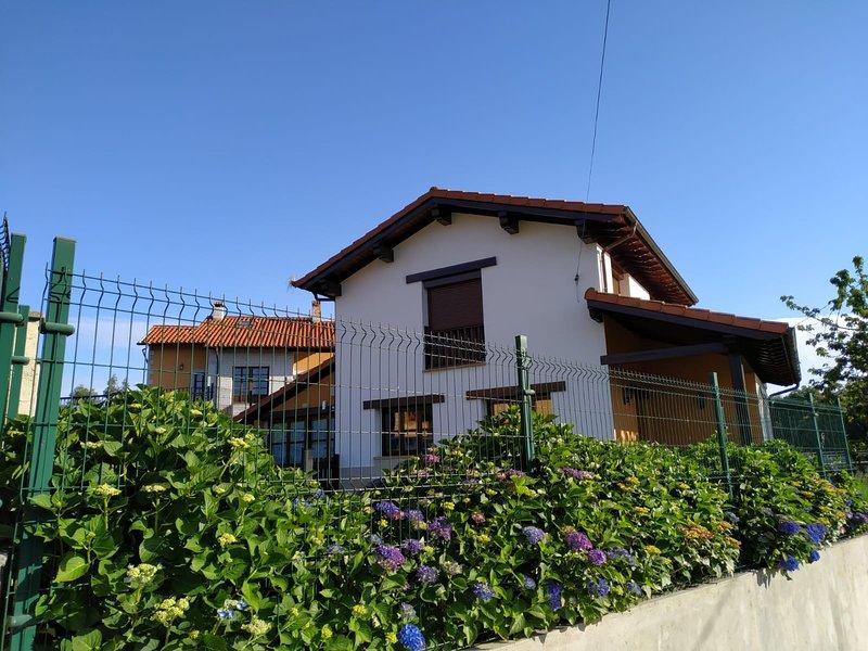 Vivienda Vacacional Las Encinas en La Franca (Asturias), holiday rental in Pimiango