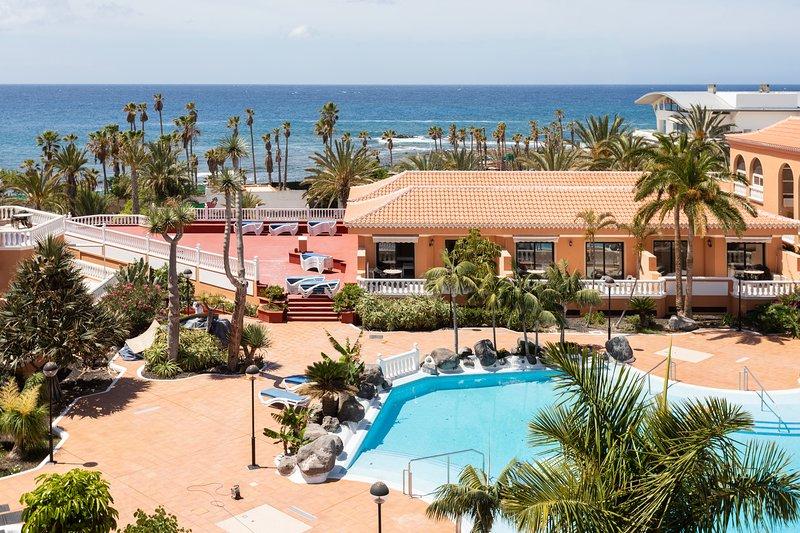 Playa Las Vistas 3 close to the sea + beach, wifi, terrace, heated pool, aircon, holiday rental in Arona