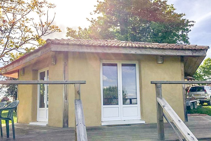 Le Chalet sous Le Chêne - Cosy Chalet Hideaway 40 Acres, Swimming Pool & Lakes!, holiday rental in Aignan