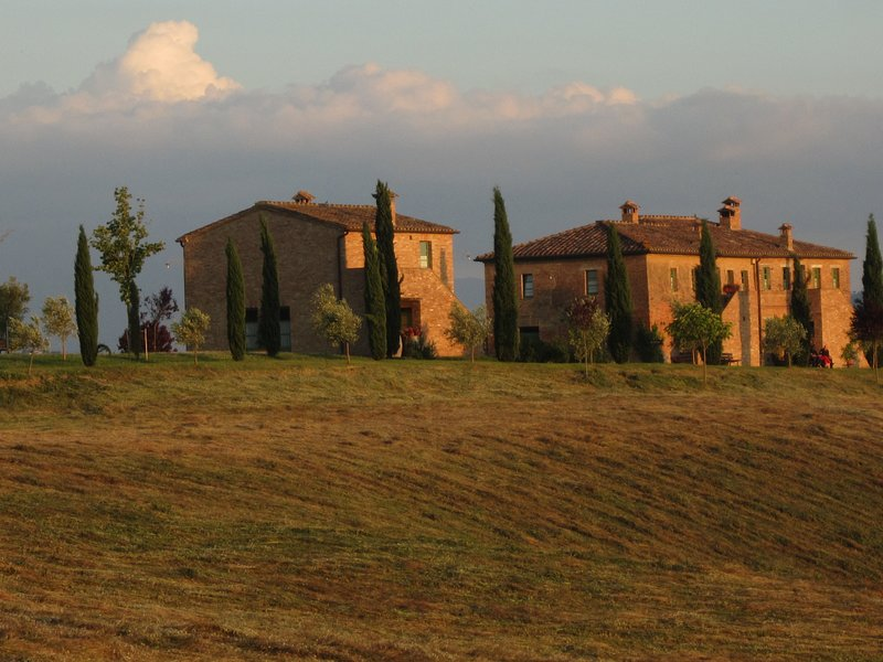 Podere Salicotto, Exclusive Tuscan Villa, Salt Water Pool, 7 rooms, 14 guests, vacation rental in Vergelle