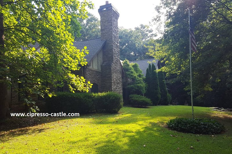 Cipresso Castle- 5000 sq.ft Tudor style mansion in Atlanta, holiday rental in Decatur