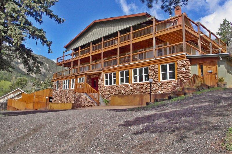 Refurbished Historic Green Mountain Falls Lodge – 9 Bedrooms, 8 bathrooms, location de vacances à Green Mountain Falls