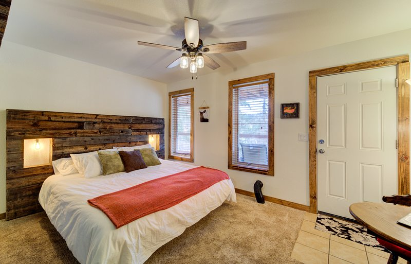 King Studio With Full Kitchen And 2 Person Jacuzzi Tub #3 At Green Mountain, holiday rental in Green Mountain Falls
