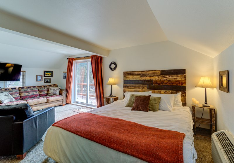 Penthouse Suite With 2 Person In Room Jacuzzi Tub #4 At Historic Green Mountain, holiday rental in Green Mountain Falls