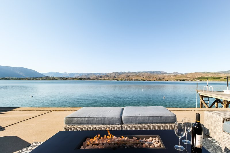 Lakefront home w/ private dock, buoy, & large waterfront patio - near wineries!, casa vacanza a Entiat