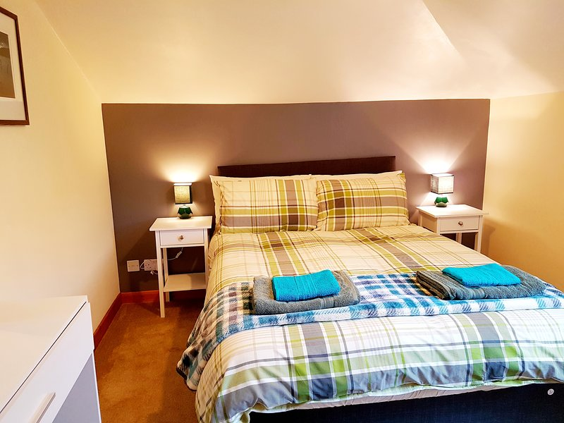 Stylish 2 bedroom - 2 miles city centre, holiday rental in Tore
