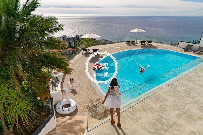 Sky Villa, fantastic pool and phenomenal view in a luxury urbanization, vacation rental in Funchal