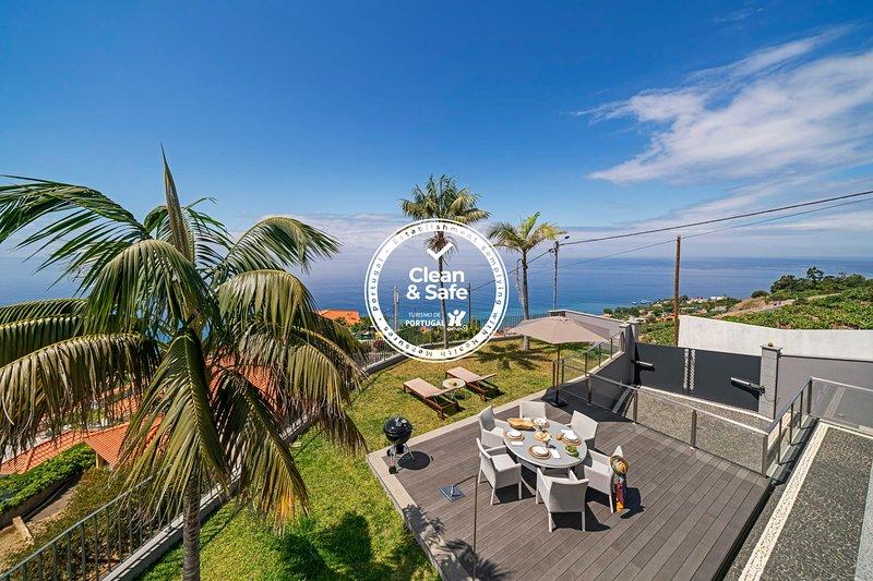Vila Papagaio Verde, villa with sea view., holiday rental in Estreito de Camara de Lobos