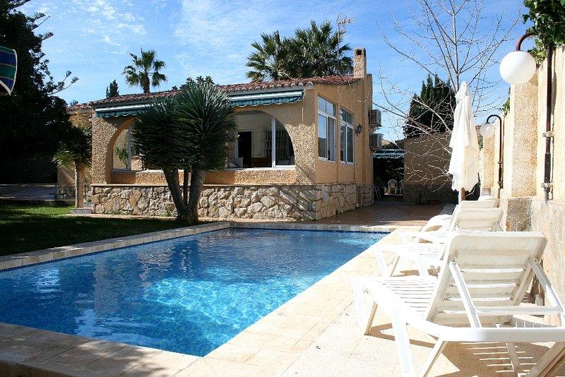 El Campello private villa with beautiful gardens, holiday rental in Mutxamel