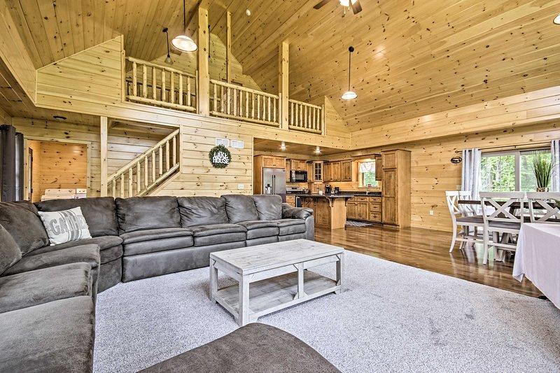 Pet-Friendly Lakeview Cabin w/ Hot Tub!, casa vacanza a Mount Joy