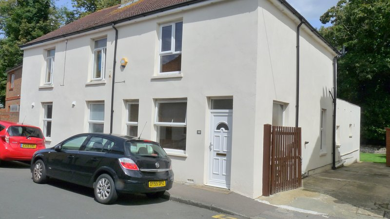 Bassett House with 3 bedrooms and fast WiFi, vacation rental in Minster on Sea