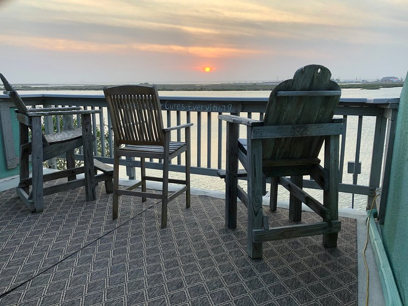 Waterfront Condo! Laguna Madre Sunsets to die for. Dock on the Bay. Fishing/Pool, vacation rental in Corpus Christi