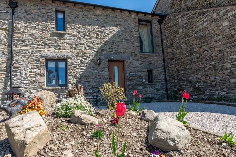 Drovers Cottage - 3-Bedroom modern barn conversion situated on a working farm, holiday rental in New Hutton