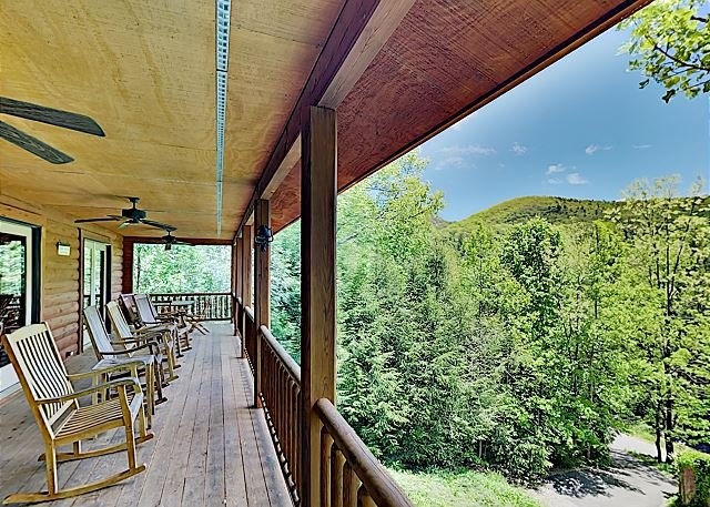Linger Longer Lodge: Big All-Suite w/ 3 Decks - Near Hiking, Lake & Downtown, holiday rental in Montreat