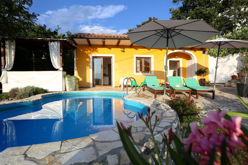 Ripenda Holiday Home Sleeps 6 with Pool and Air Con - 5778021, aluguéis de temporada em Strmac