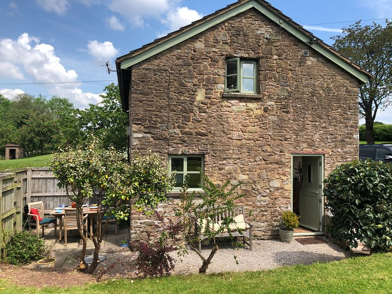THE STABLE, barn conversion, garden, river fishing available in Marstow, Ref, vacation rental in Kerne Bridge