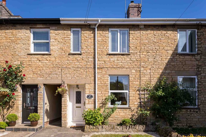 Tukes Cottage is a charming mid-terrace cottage in popular Chipping Norton., holiday rental in Chipping Norton