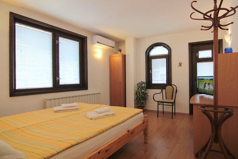 140m2 Comfort 3 bedroom *ECO* apartment MILCHEVI - Quiet center, vacation rental in Kalofer