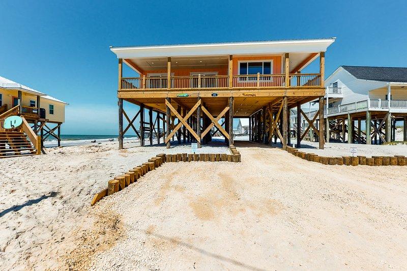 New listing! Amazing, dog-friendly, beachfront escape w/ full kitchen & balcony, aluguéis de temporada em Grand Bay