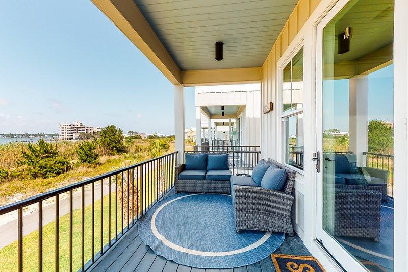 Coastal cottage near the beach w/ lovely lagoon views, shared pool, & balcony!, location de vacances à Gulf Shores
