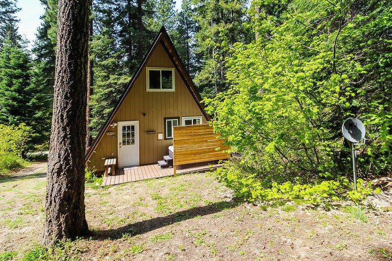 New listing! Cozy A-frame cabin with private hot tub, great location - dogs OK!, aluguéis de temporada em Coles Corner