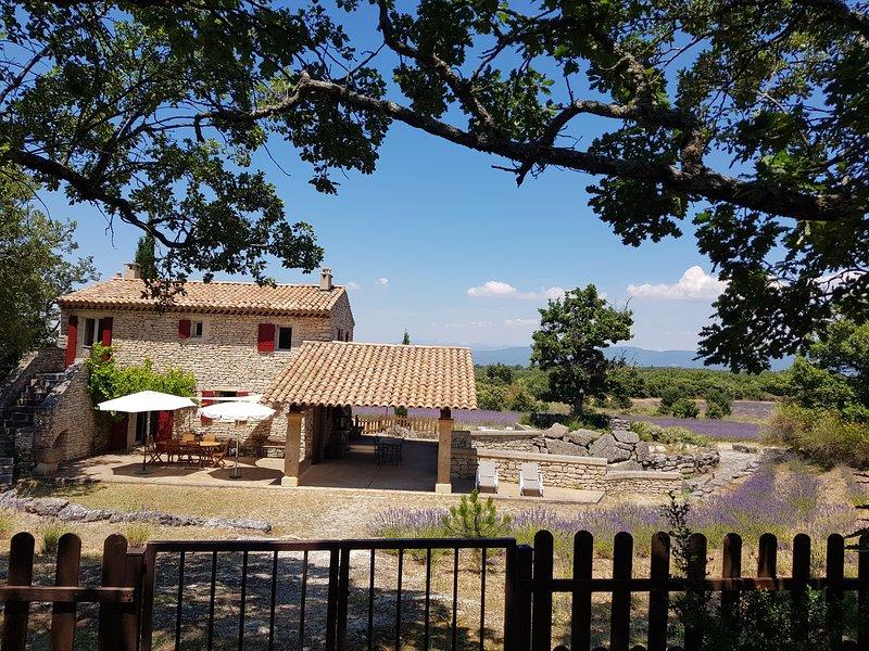 Maison de caractère dans Luberon avec piscine, holiday rental in Buoux