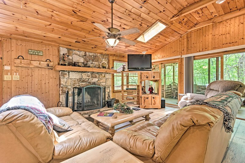 NEW! Isolated Cabin w/ Fire Pit and Forest View!, Ferienwohnung in Lake Toxaway
