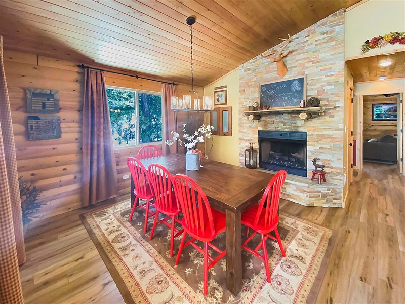 Bach Cabin, easy access for all your mountain fun., location de vacances à Long Valley Junction