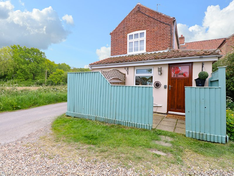 2 LOCK COTTAGES, one bedroom, pet-friendly, nr Stalham, Ref 914371, holiday rental in Ludham