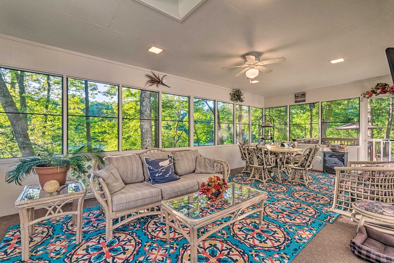 NEW! The Crystal House w/Sunroom, Golf Green Views, vacation rental in Hot Springs Village